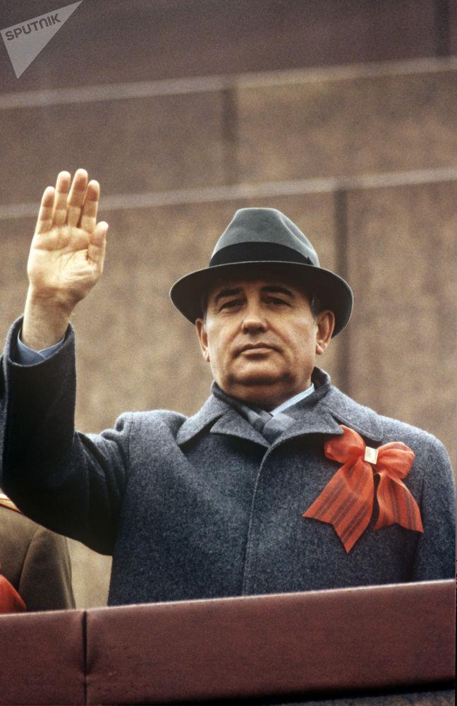 蘇聯共產黨中央委員會總書記米哈伊爾∙戈爾巴喬夫在紅場五一國際勞動節遊行時,1995年