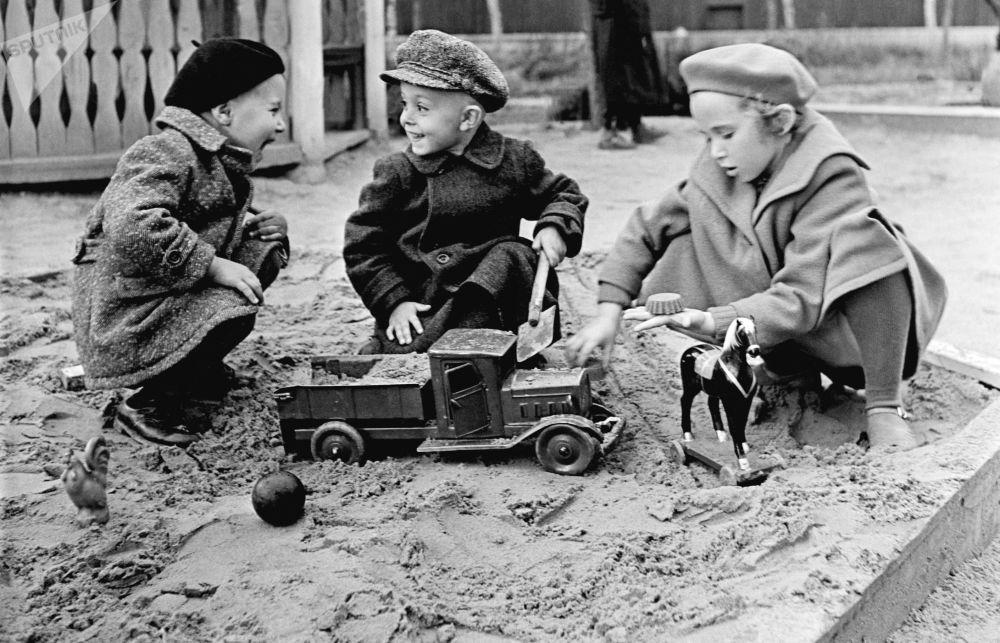 沙箱子中的孩子,1949年