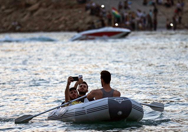 两艘船因乘客自拍而在伊拉克沼泽地带相撞