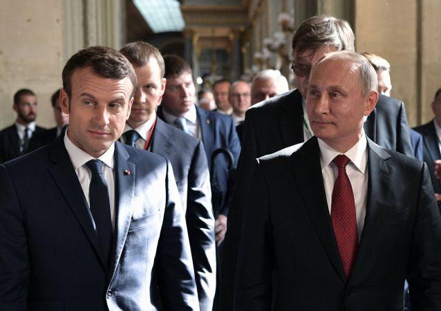 普京與法國總統馬克龍舉行電話會談
