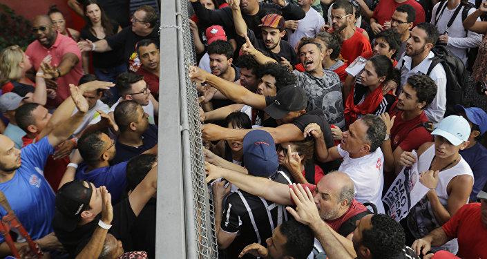 巴西前總統盧拉被捕後發生騷亂 至少8人受傷