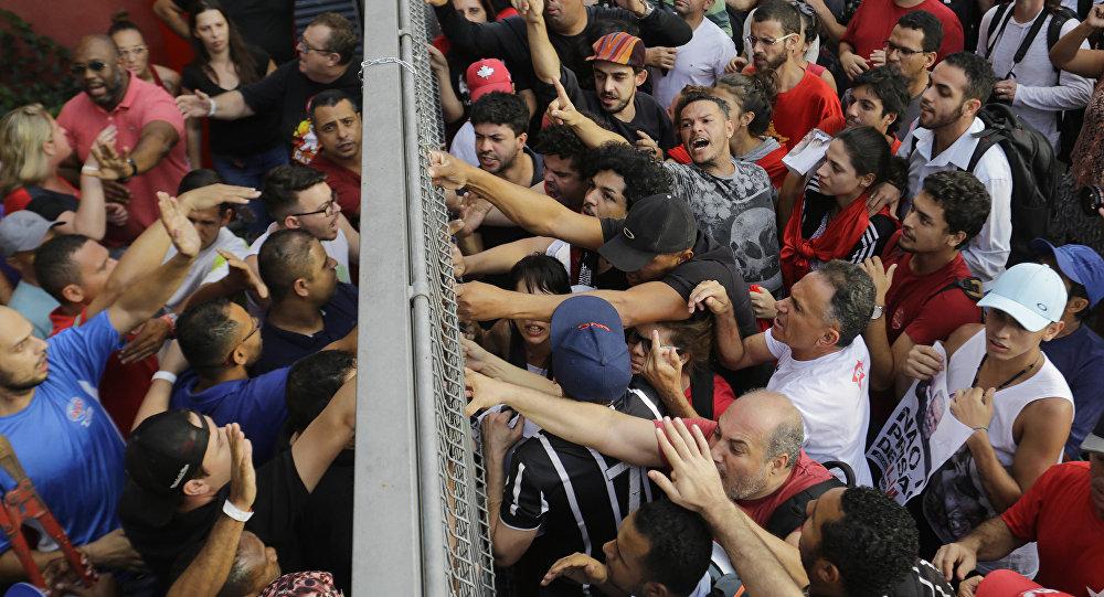 巴西前总统卢拉被捕后发生骚乱 至少8人受伤
