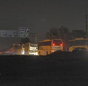 武裝分子及其家人的大巴從敘東古塔駛出