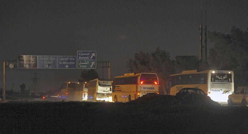 武装分子及其家人的大巴从叙东古塔驶出