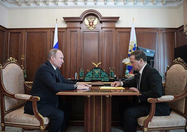梅德韋傑夫與普京會面時