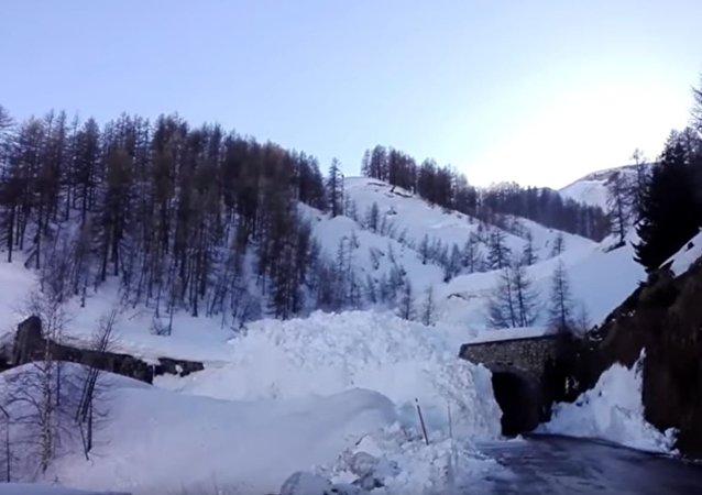法国雪崩 道路数秒被埋(视频)
