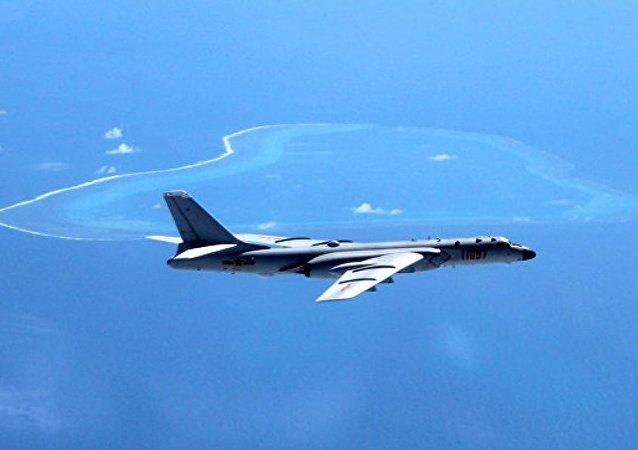 空军轰-6K等多型多架轰炸机在南部海域开展岛礁起降训练