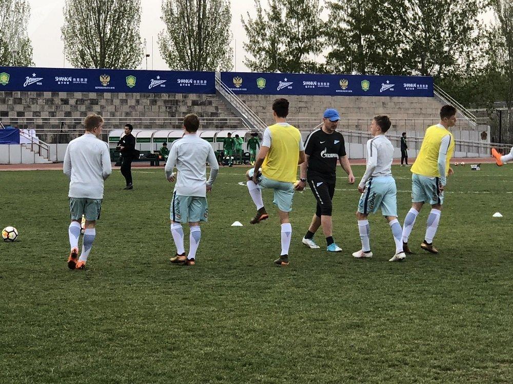 周四,泽尼特青年队以3:1赢得了与北京国安青年队进行的友谊比赛。尽管俄罗斯运动员在比赛前几个小时才抵达北京,几乎没做任何休息,但是他们在场上取得了出色的成绩。