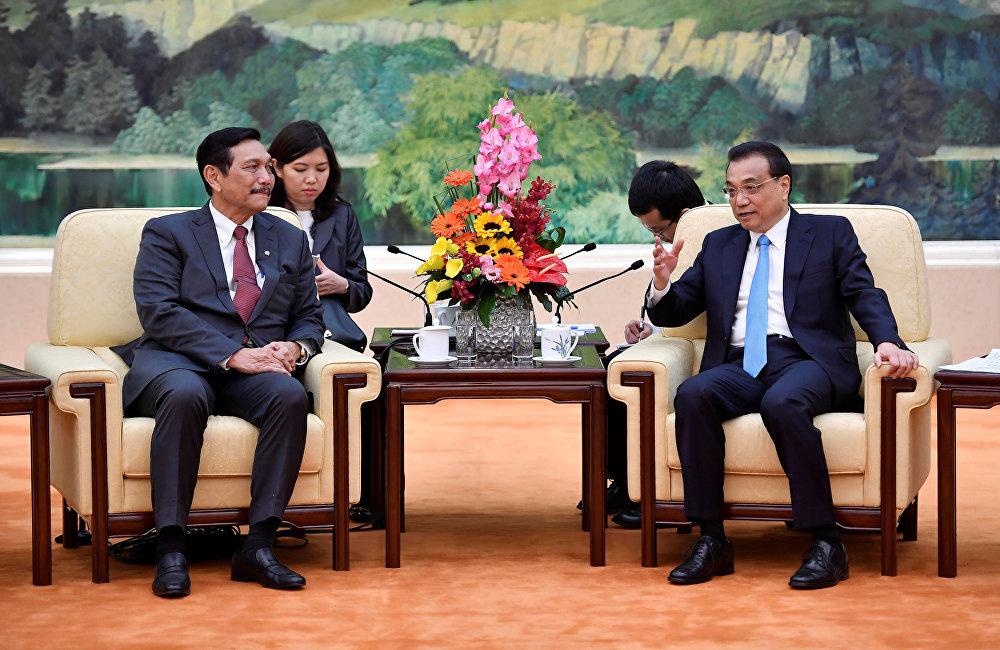 国务院总理李克强12日下午在人民大会堂会见印度尼西亚总统佐科特使、海洋统筹部长卢胡特。