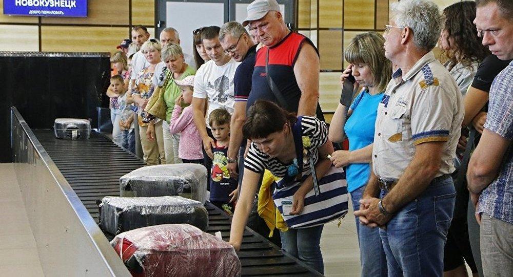 莫斯科机场一女乘客从行李运输带进入机场技术区