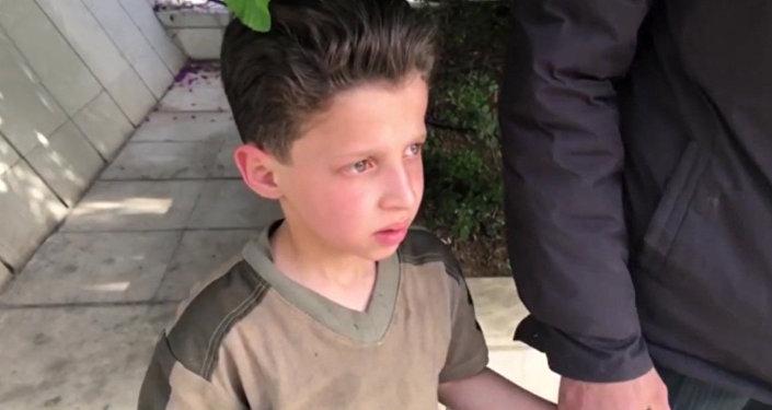 """被""""白头盔""""称为是杜马市化学攻击受害者的11岁叙利亚男孩讲述了视频拍摄情况"""
