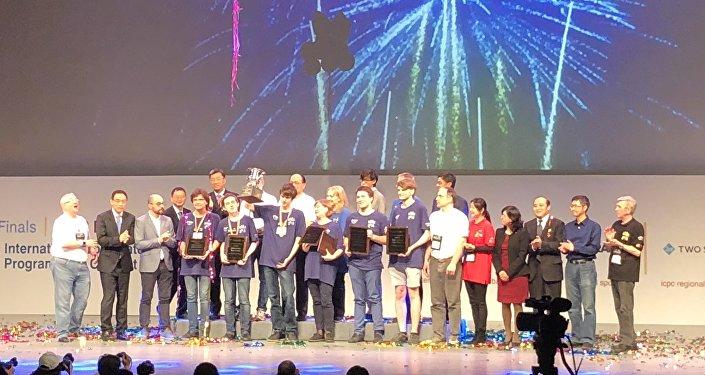 莫大首捧国际大学生程序设计竞赛冠军奖杯