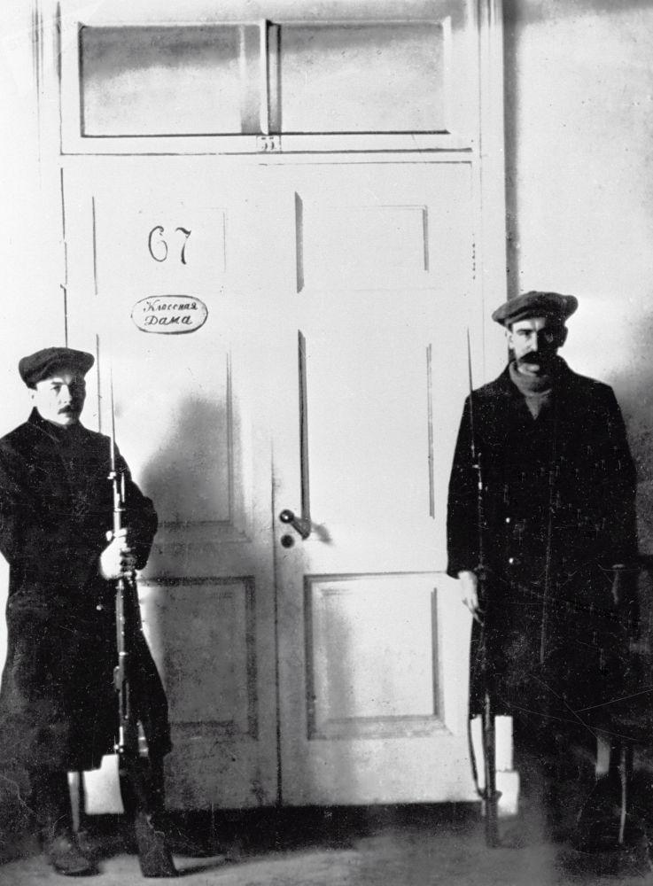 斯莫尔尼宫列宁办公室外的哨兵