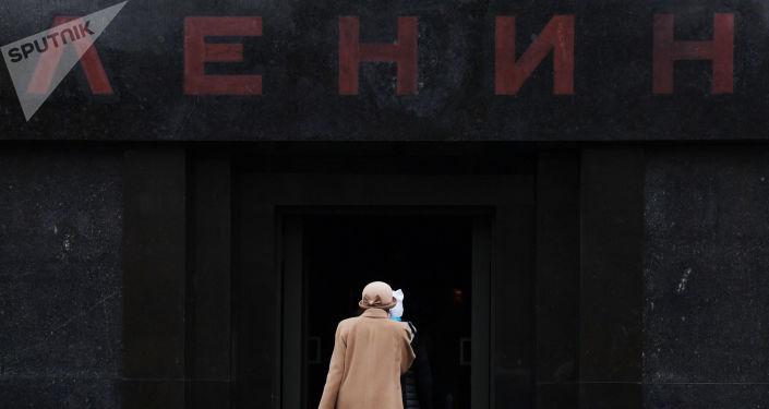 Посетители заходят в Мавзолей В.И. Ленина на Красной площади, который открылся после ремонта, 2017 год