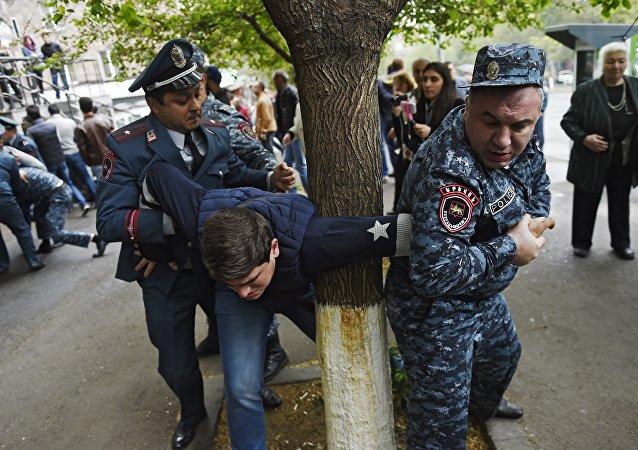 亞美尼亞警方20日在首都拘留的抗議者人數上升至166人