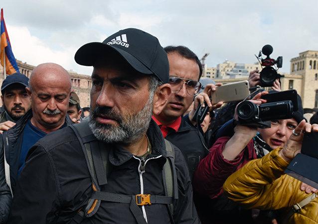 警方逮捕亚美尼亚反对派领袖并驱赶示威者