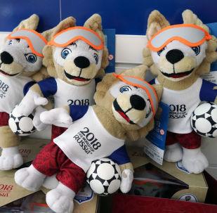 2018年俄羅斯世界杯官方吉祥物——毛絨玩具公仔小狼「扎比瓦卡」。