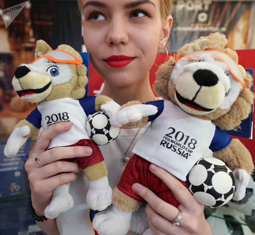 """2018年俄罗斯世界杯官方吉祥物——毛绒玩具公仔小狼""""扎比瓦卡""""。"""
