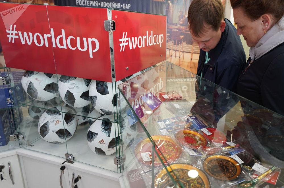 游客在世界杯官方商店挑选纪念品。