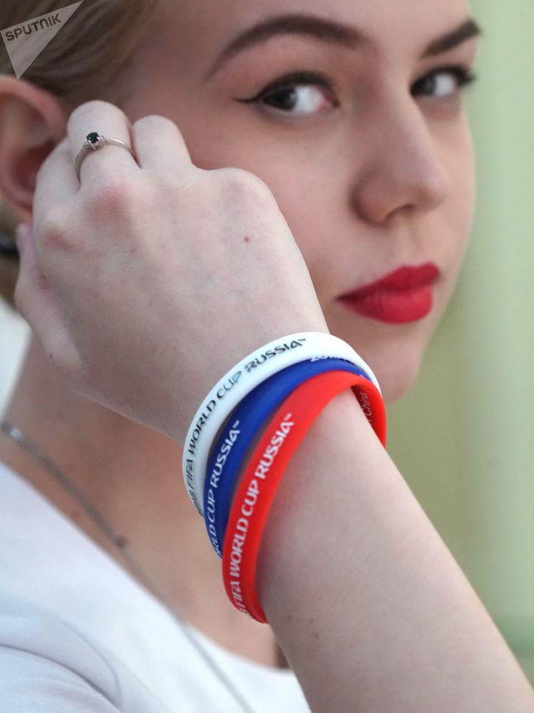游客可在这里买到带有世界杯标志的手环腕带。