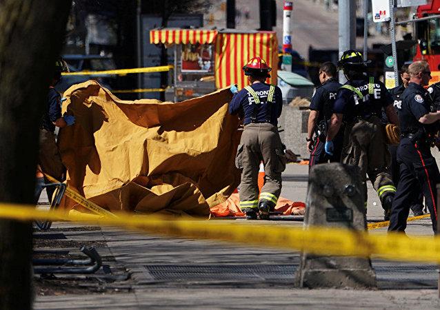 一輛小巴車在多倫多央街和芬治大道拐角處撞上行人