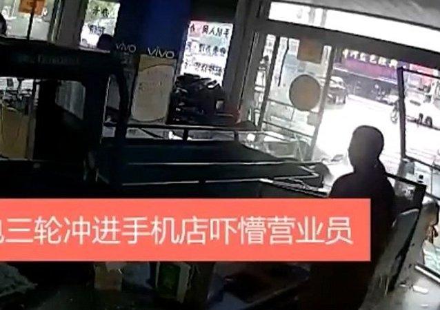 中国台州一只小狗把主人货车开进商店