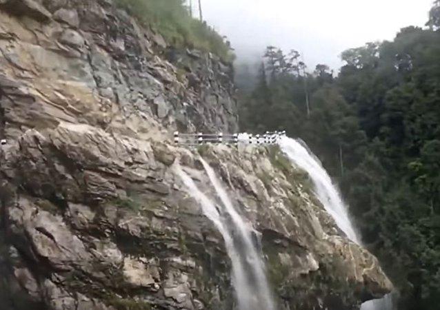 危险的瀑布没有吓到勇敢的司机
