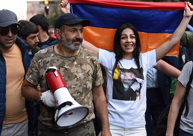 Лидер протестного движения Мой шаг Никол Пашинян (второй слева) на митинге в Ереване в связи с отставкой премьер-министра Сержа Саргсяна