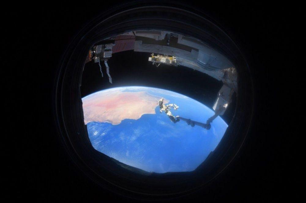 舷窗里的地球
