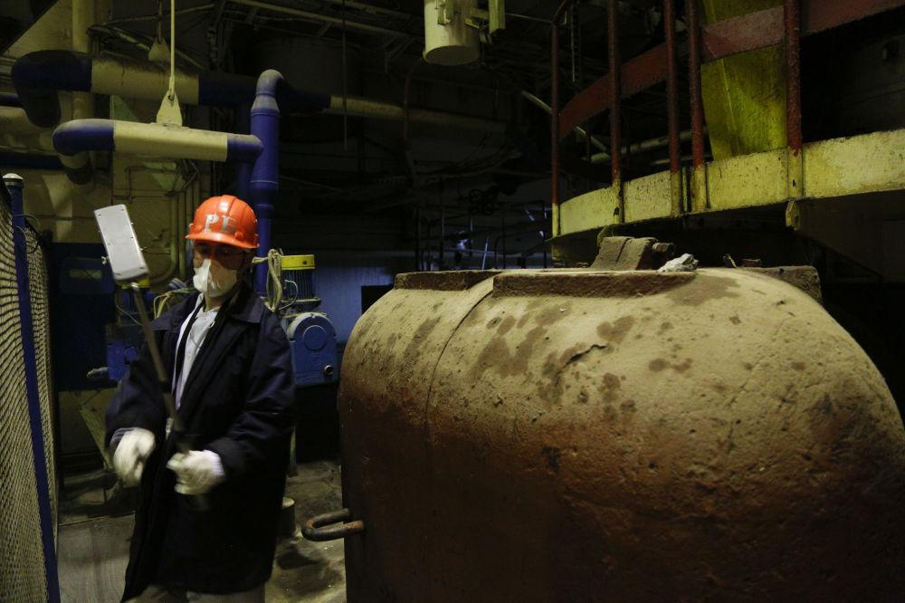 工作人员在检查切尔诺贝利核电站区域内的辐射水平