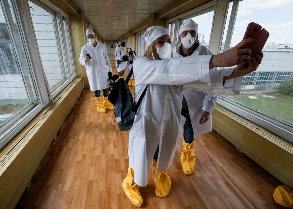 记者在去切尔诺贝利核电站时拍照,2018年