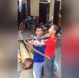 越南一父親用弓箭給兒子拔牙