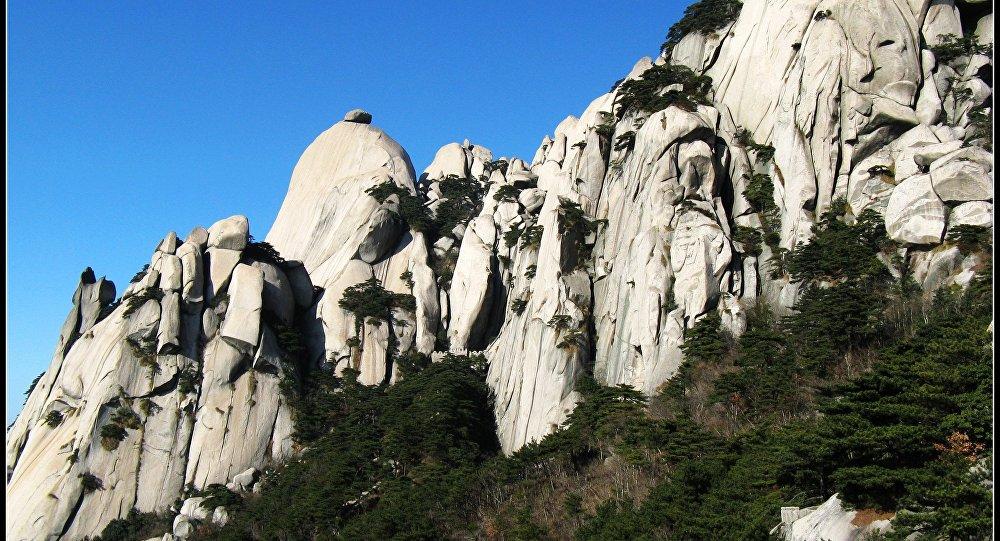 53岁女性爬山者被9级风吹下高悬崖 不幸身亡