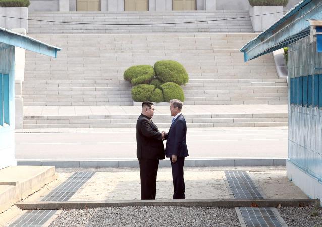 Лидеры Северной и Южной Корей Ким Чен Ын и Мун Чжэ Ин во время встречи в деревне Пханмунджом в демилитаризованной зоне, разделяющей две Кореи