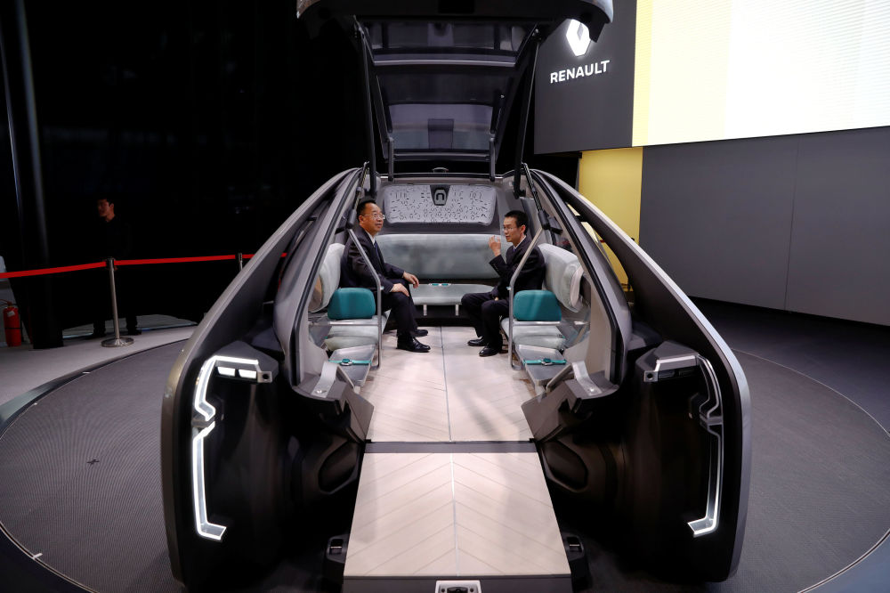 男人試坐雷諾EZ-GO(Renault EZ-GO)