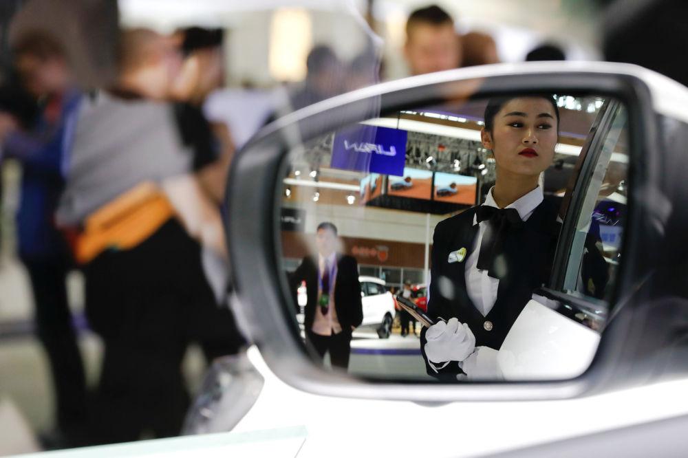 北京国际车展的工作人员