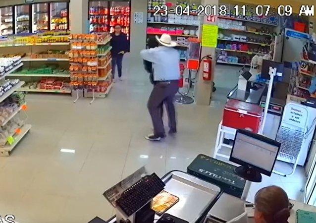 一名牛仔在墨西哥的商店内制服了劫匪