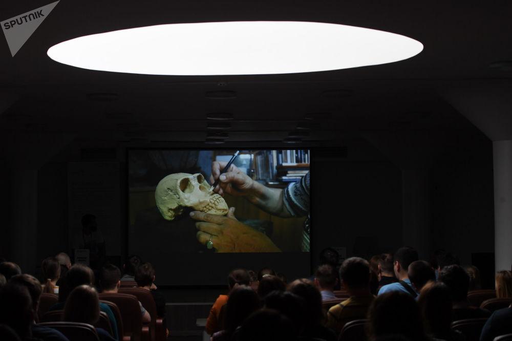 人们制作了有关这一灭绝物种代表的部分虚拟生活片段的3D影片。 图片说明:展示根据遗骸复原生物外貌的方法。
