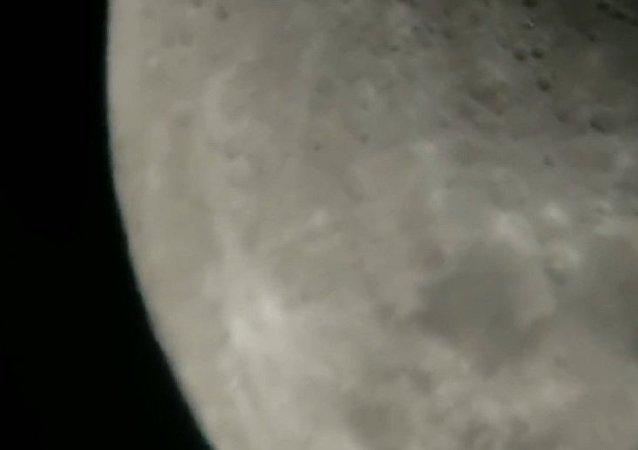 天文愛好者拍到不明物飛掠月球