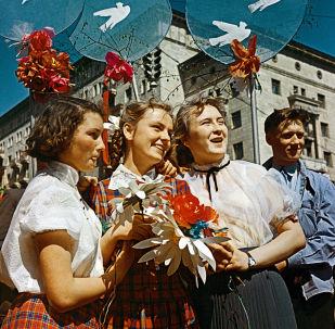 1959年蘇聯年輕人參加莫斯科「五·一」節慶祝活動。