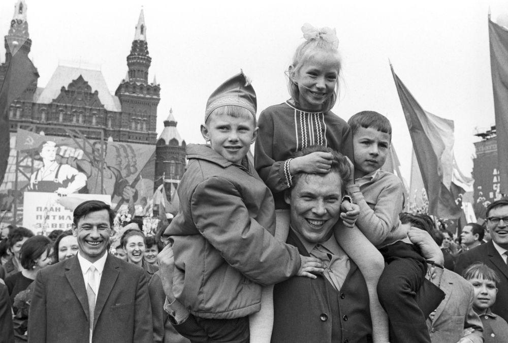 孩子們在莫斯科的「五·一」遊行隊伍中。