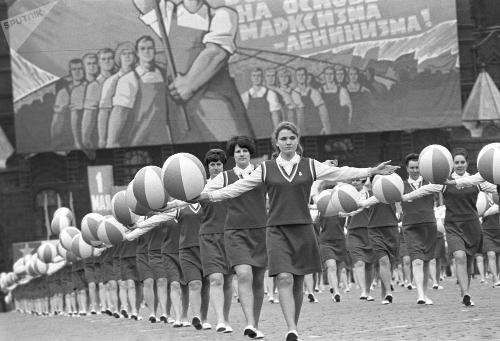 紅場上的體育遊行隊伍,1970年。