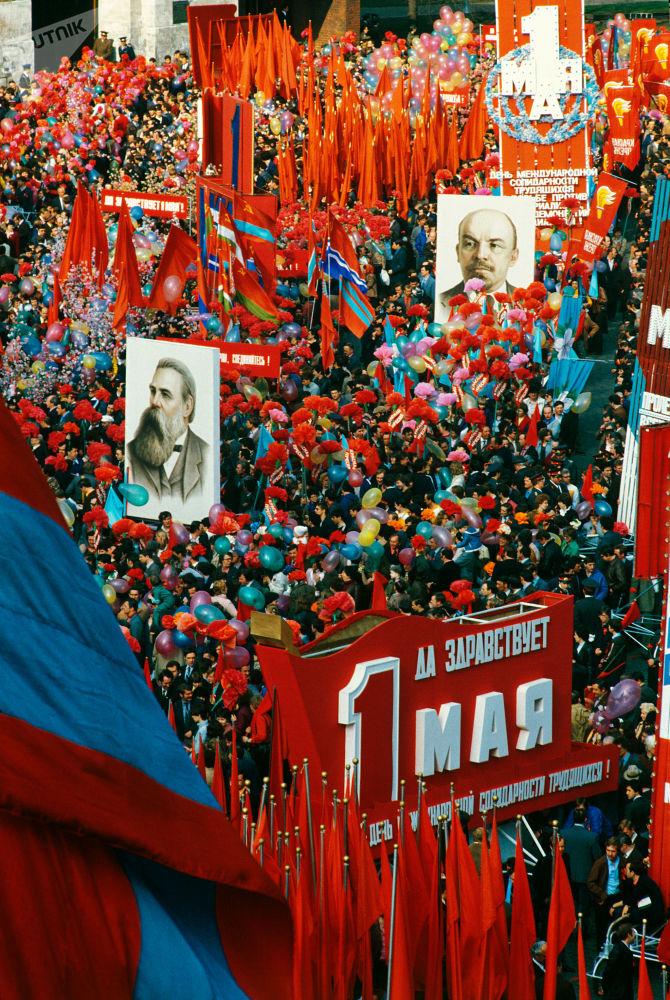 1984年5月1日遊行隊伍穿越莫斯科紅場。
