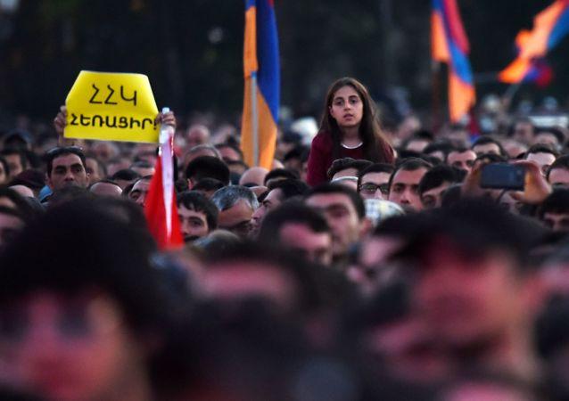 亞美尼亞反對派領袖的數千名支持者在首都市中心集會