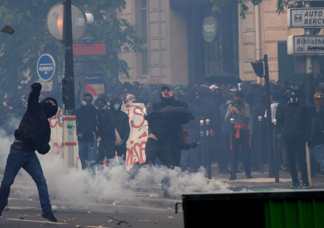 在巴黎的五一示威游行期间