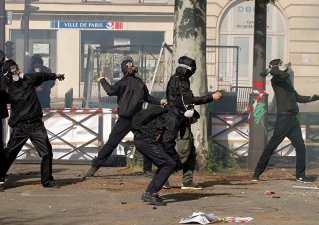 法国内政部长:警方正在搜捕巴黎骚乱的组织者