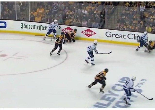 波士顿棕熊前锋马钱德不顾警告再舔对手