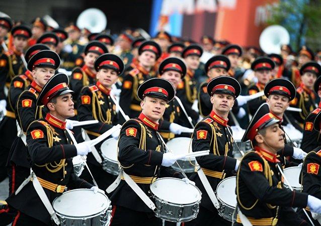 Курсанты Московского военно-музыкального училища на генеральной репетиции военного парада на Красной площади