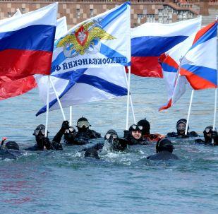 50多名俄羅斯和中國選手參加了為慶祝偉大衛國戰爭勝利而舉辦的第五屆阿穆爾灣國際游泳比賽。