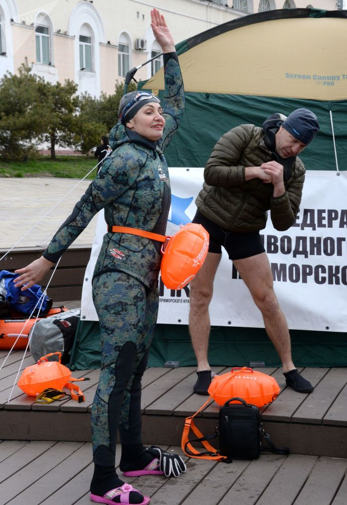 50多名俄罗斯和中国选手参加了为庆祝伟大卫国战争胜利而举办的第五届阿穆尔湾国际游泳比赛。